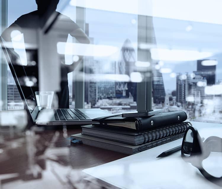 Mesa llena de objetos de oficina