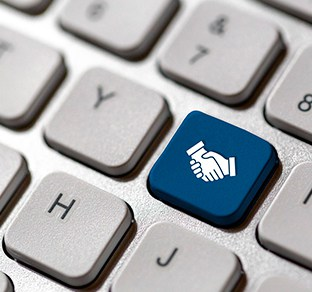 Teclado de ordenador ocn tecla en color azul de dos manos entrelazadas